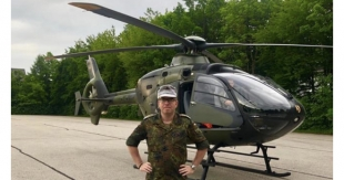 Major der Reserve Stephan Kraus vor dem EC 135
